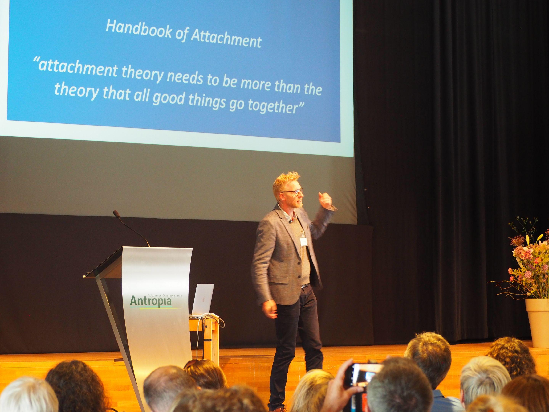 Bosmans sprak over gehechtheidstheorie tijden het VKJP-congres.